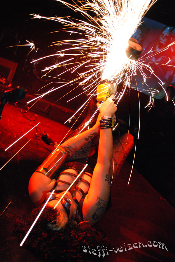 Serpentina-performing-act-with-grinder